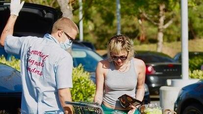 Miley Cyrus y Cody Simpson, de compras en Los Ángeles en mayo.