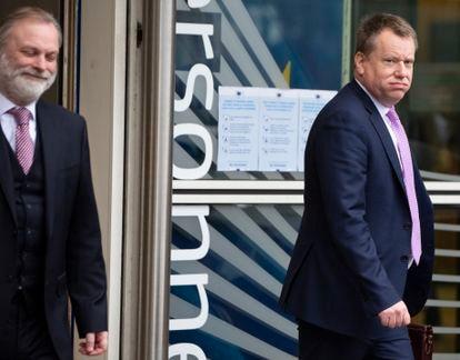 El jefe del equipo negociador del Reino Unido, David Frost (a la derecha), abandona la primera ronda negociadora en Bruselas el pasado 5 de marzo.