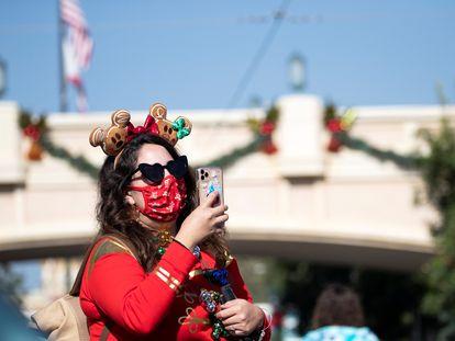 Una mujer hace una foto en el parque Disney de Anaheim, California.