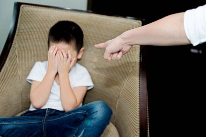 Una madre castiga a un hijo.