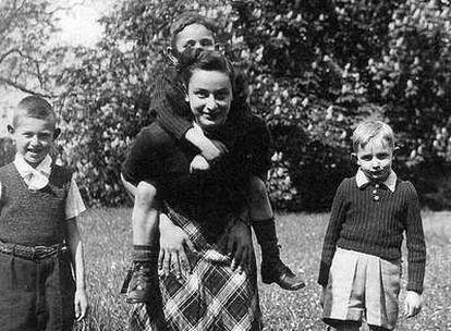 Hélène, rodeada de niños.