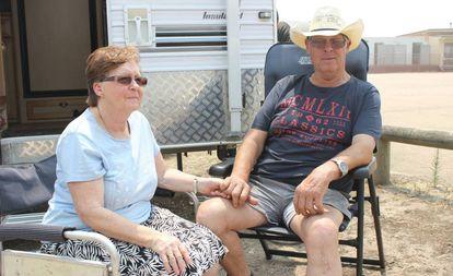 Robert y Diane Bowen, junto al centro de ayuda de Bairnsdale este sábado.