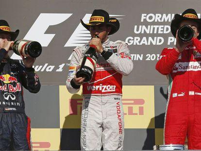 Lewis Hamilton celebra con Sebastian Vettel y Fernando Alonso la victoria.
