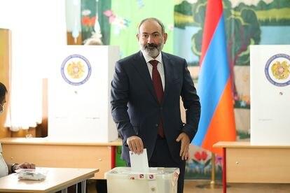 Nikol Pashinián deposita su voto este domingo en un colegio electoral de Ereván.