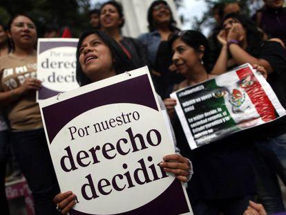 Mujeres se manifiestan a favor del derecho a decidir.