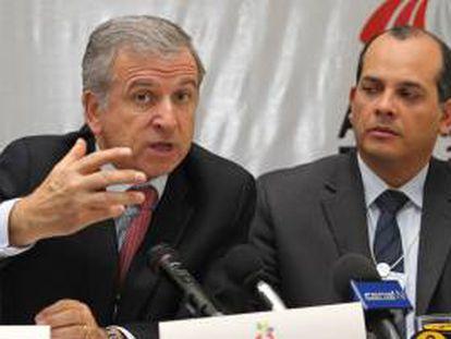 En la imagen, el ministro de economía de Chile, Felipe Larrain (i). EFE/Archivo