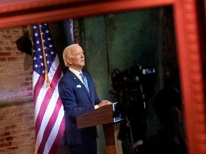 El presidente electo, Joe Biden, reflejado en un espejo durante un discurso el miércoles en Wilmington (Delaware).