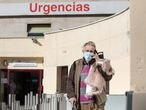 Un hombre habla por teléfono en Urgencias del Hospital Gregorio Marañón.