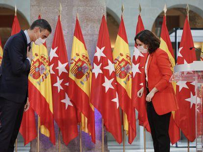El presidente del Ejecutivo, Pedro Sánchez y la presidenta de la Comunidad de Madrid, Isabel Díaz Ayuso, se despiden después de ofrecer una rueda de prensa tras su reunión en la sede de la Presidencia regional, en Madrid, el 21 de septiembre de 2020.