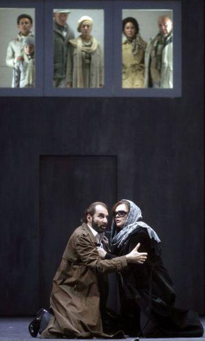 El barítono Dimitris Tiliakos y la soprano Violeta Urmana en un ensayo de 'Macbeth'