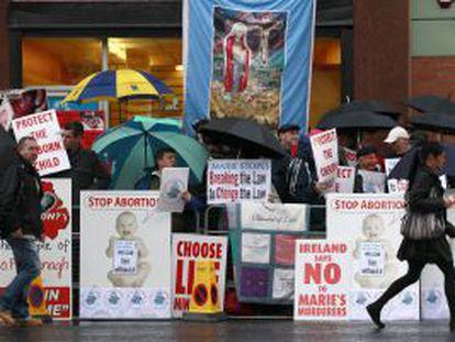 Miembros de una plataforma antiabortista protestan a las puertas de la única clínica que practica abortos en la isla, en Belfast.