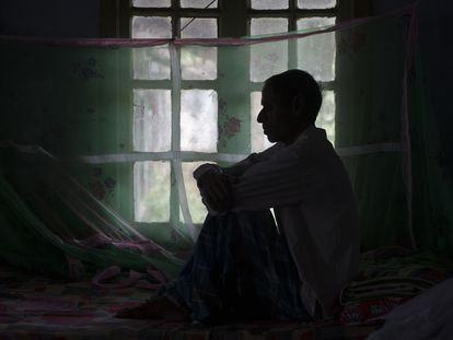 Un paciente de tuberculosis, en su cama del hospital de Gauhati, India. -