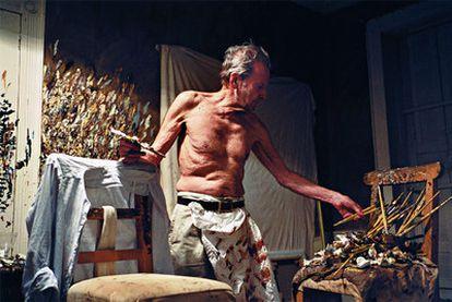 Esta fotografía sin fechar, cedida por el Centro Pompidou de París, muestra al artista británico en su taller.