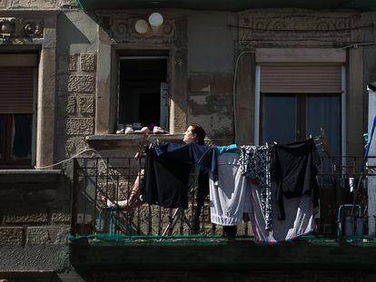 Días de confinamiento en un bloque de pisos de la Barceloneta. ALBERT GARCIA