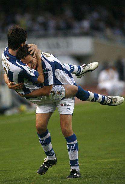 Mikel González festeja su gol con Ansotegi.