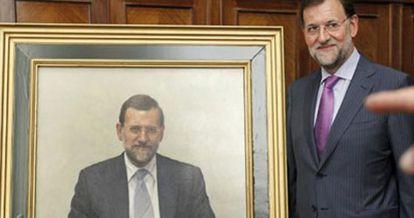 Mariano Rajoy junto a su retrato como ministro de Educación