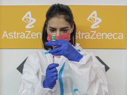 Una enfermera prepara una dosis de vacuna de AstraZeneca el pasado día 25 en Belgrado.