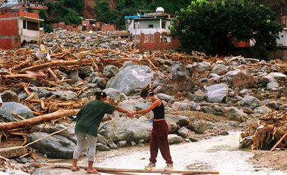 Dos personas caminan entre las ruinas de la ciudad de Macuto, en una imagen de archivo.