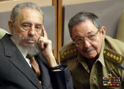Fidel Castro y Raúl Castro asisten a una sesión del Parlamento cubano en el Palacio de Convenciones de La Habana, el 1 de julio de 2004.