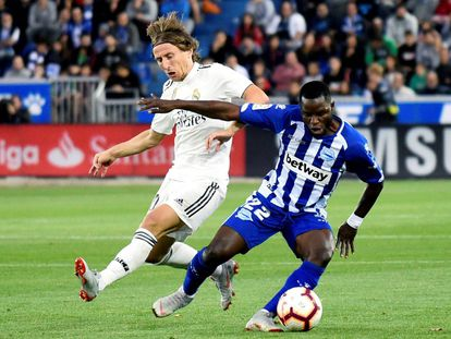 Luka Modric lucha el balón con Wakaso Mubarak.