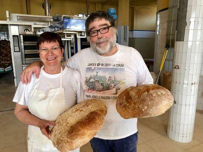 José Luis Miño y su esposa, en su panadería.