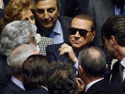 El ex primer ministro italiano Silvio Berlusconi (en el centro, con gafas de sol), el sábado en el Senado, en Roma.