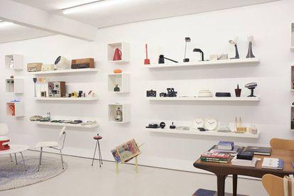 El salón de Moisés Pérez de Albéniz es un museo de objetos que forman parte de la biografía del galerista. A la izquierda, sillas Plywood LCM de Charles y Ray Eames.