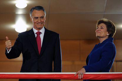 El presidente electo, Aníbal Cavaco Silva, saluda a sus partidarios en Lisboa acompañado por su esposa, Maria.