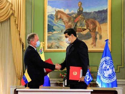 El director del Programa Mundial de Alimentos de la ONU, David Beasly, y el presidente de Venezuela, Nicolás Maduro, se saludan tras acordar la entrega de 185.000 viandas para niños venezolanos, el 20 de abril en Caracas.