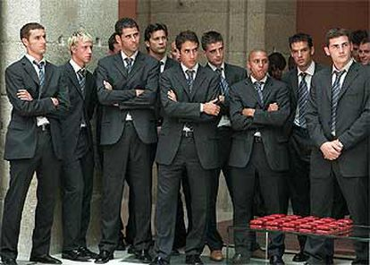 Los futbolistas del Madrid escuchan el discurso de Florentino Pérez durante la ofrenda del título de Liga a la Comunidad.