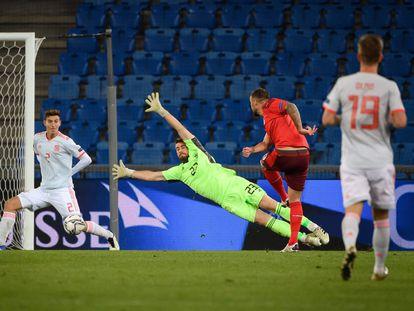 Unai Simón se estira para tratar de detener un remate de Seferovic en el Suiza-España disputado el pasado sábado en Basilea.
