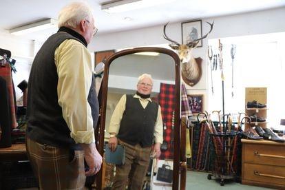 Ian Chisolm, sastre de trajes nacionales escoceses, en su tienda de Inverness. / RAFA DE MIGUEL