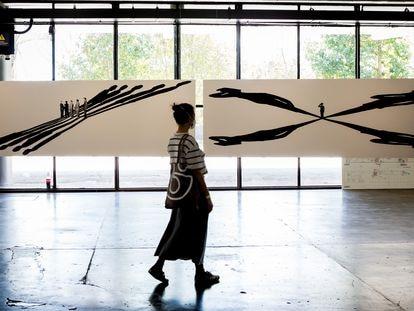 Una mujer camina este jueves frente a la serie 'Dilatáveis', de Regina Silveira, en la Bienal de São Paulo.