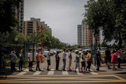 Personal sanitario hace pruebas a los residentes en Pekín, este jueves, tras el brote de coronavirus en su principal centro mayorista de alimentación. EFE/ Stringer