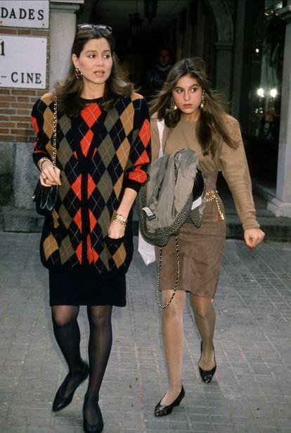 Isabel Preysler y Chábeli Iglesias, en Madrid en la década de los ochenta.