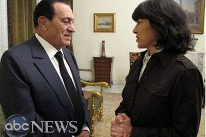 El presidente egipicio, Hosni Mubarak, y la periodista de la cadena ABC Christiane Amanpour, durante su entrevista.