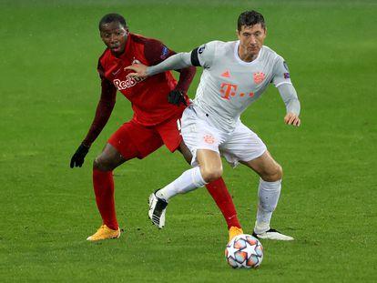 Lewandowski controla el balón ante Camara en el Salzburgo-Bayern de la Champions disputado en el Red Bull Arena.