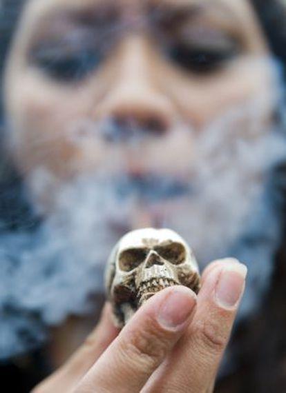 Una mujer fuma en pipa en una manifestación por la legalización de la marihuana en México.