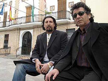 José Campos (izquierda) y Amaro Carmona, ayer, en la plaza del Ayuntamiento de Santa Fe.