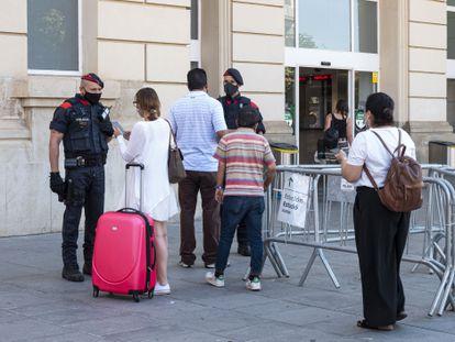 Control de Mossos en la estación de tren de Lleida.