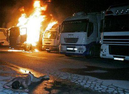 Policías antidisturbios cargan contra un piquete de camioneros en Iznalloz (Granada).