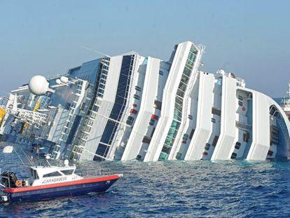 """El crucero """"Costa Concordia"""" tras encallar frente a las costas de la isla de Giglio."""