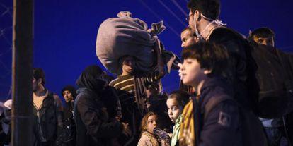Un grupo de refugiados espera el pasado viernes a entrar en Serbia desde la ciudad macedonia de Gevgelija.