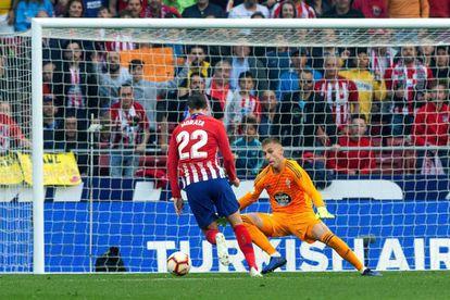 Morata dribla a Rubén para marcar el segundo gol.