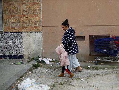 Una mujer con una niña, la semana pasada en el barrio de Entrevías (Madrid).