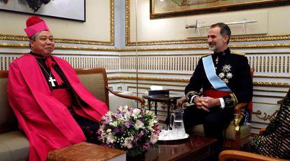 El nuncio del Vaticano en España, Bernardito Auza, con Felipe VI tras entregarle sus credenciales en enero de 2020.