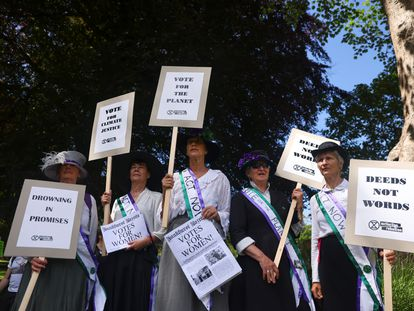 Manifestantes de la organización Extinction Rebellion en la localidad de Falmouth (Cornualles), durante la reunión del G-7, este sábado.