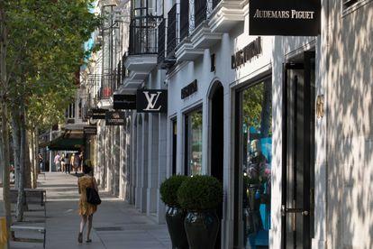 Poco ambiente de compras y locales cerrados en busca de nuevos inquilinos  en la Calle Serrano, Madrid.