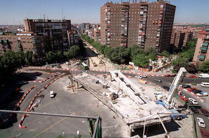 Obras de demolición del paso elevado de Santa María de la Cabeza en 2001.