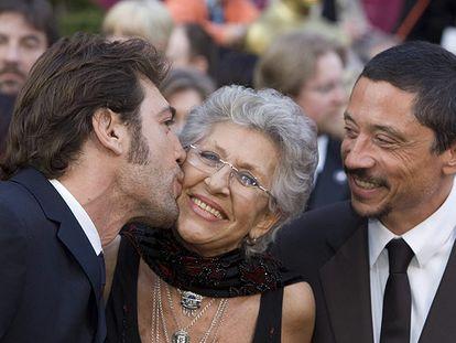 Javier Bardem besa a su madre Pilar, en presencia de su hermano Carlos, en la alfombra roja al llegar a la gala de los Oscar de 2019.